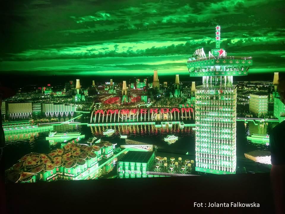 Makieta Amsterdamu nocą wykonana z poszek po piwie Heineken