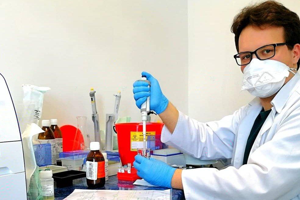 Student PB pomaga przy izolacji koronawirusa