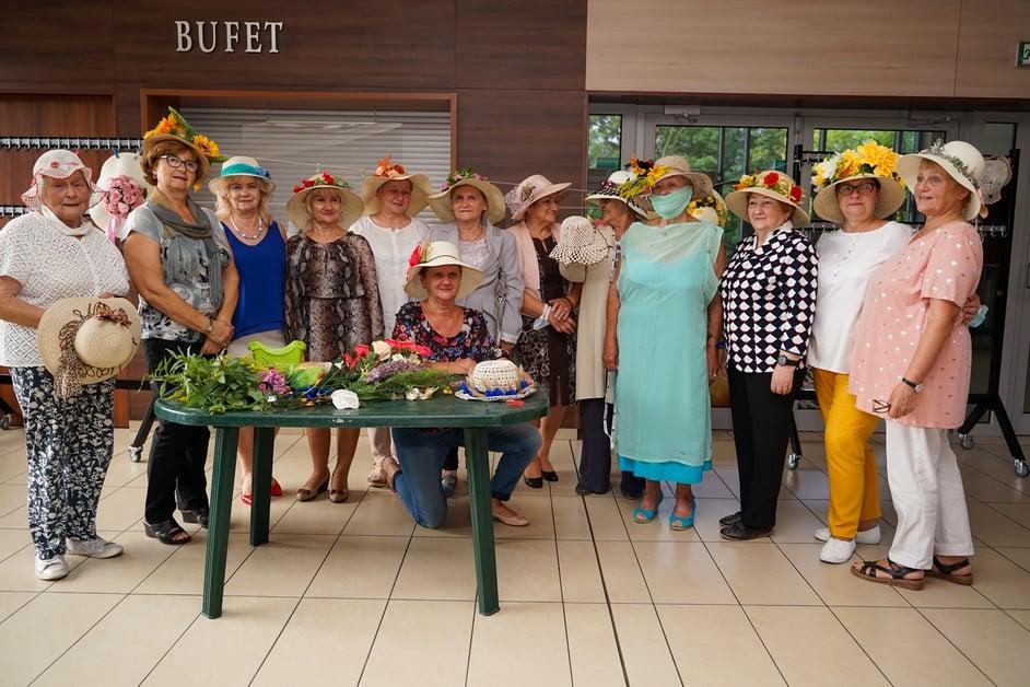 grupa seniorów w kapeluszach