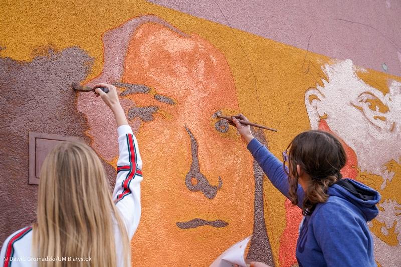 uczniowie malują