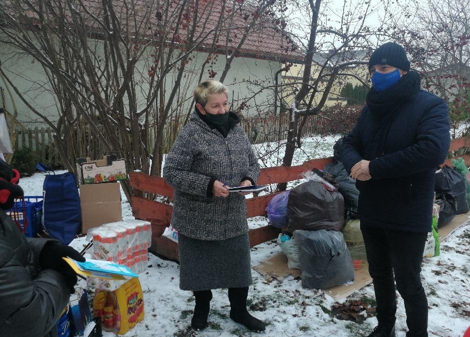 Seniorzy podczas prac pomocowych