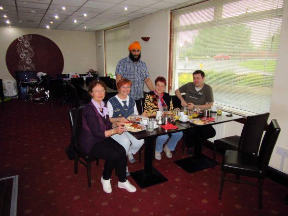 Szkocja. Śniadanie w pensjonacie Pakistańczyka. Druga od lewej E. Karczewska