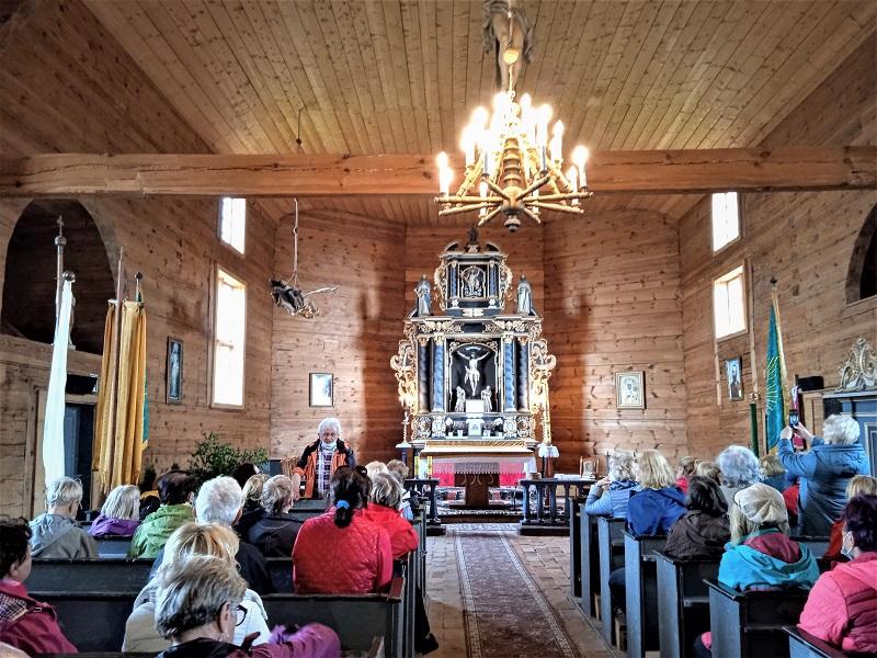 Wnętrze kościoła z XII w. w Ostrykole ze zwiedzającymi