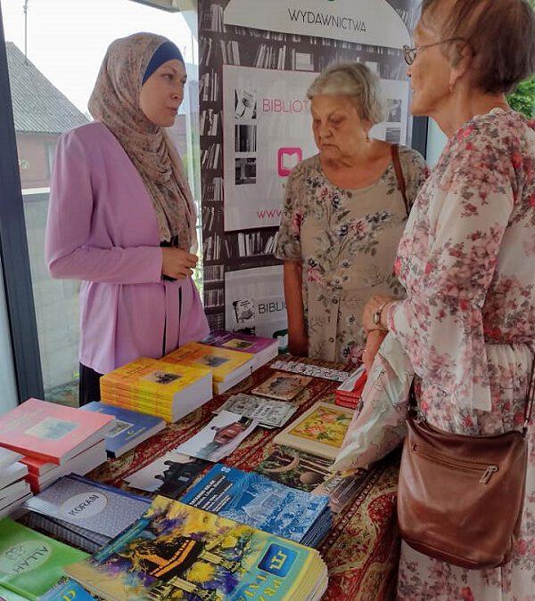 Panie oglądają książki wydane przez Muzułmański Związek Religijny
