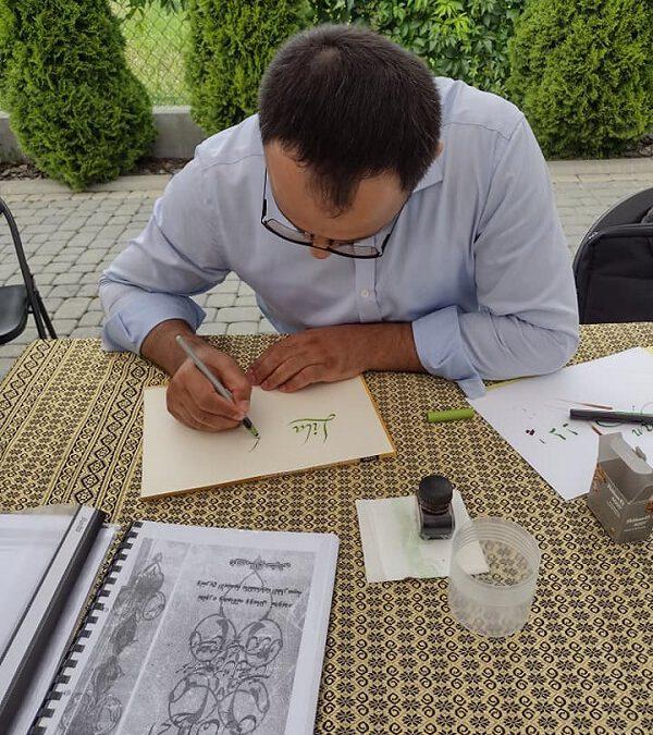 Pan uczy się kaligrafii