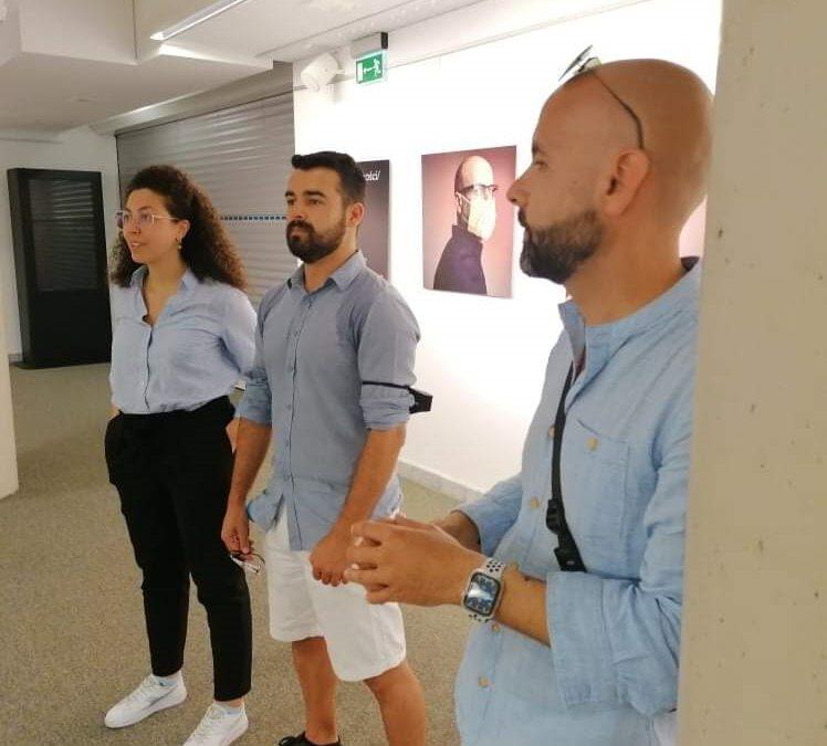 Michał Heller oprowadza uczestników projektu po swojej wystawie fotograficznej