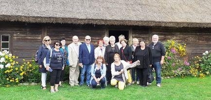 Nasza grupa z Panią Przewodnik Julią w Skansenie.