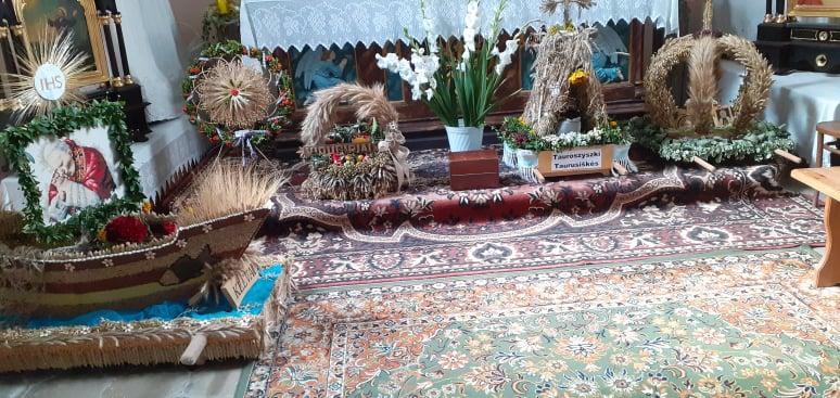 Piękne wieńce dożynkowe wykonane przez mieszkańców Gminy.