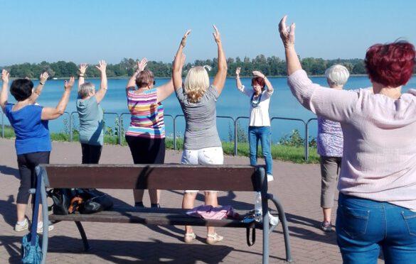 Seniorzy ćwiczą nad jeziorem rajgrodzkim