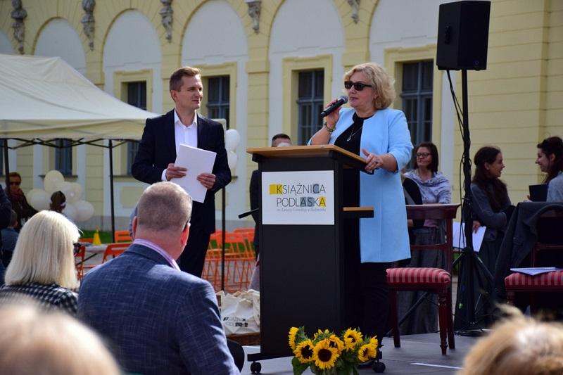 Beata Zadykowicz dyrektor Książnicy Podlaskiej wita uczestników wydarzenia