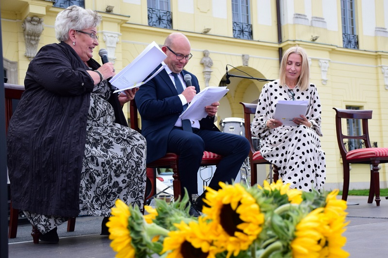 prof. Violetta Bielecka, marszałek Artur Kosicki oraz Magdalena Gołaszewska czytają fragment Moralności pani Dulskiej