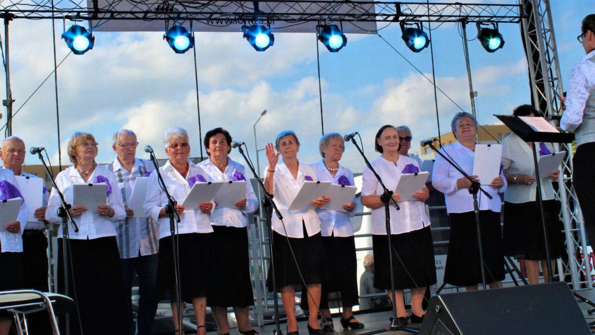 Zespół z  Dziennego Domu Senior + z  Łomży