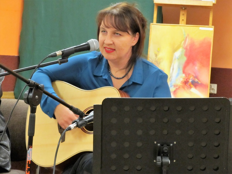 Beata Kulaga śpiewa i gra na gitarze