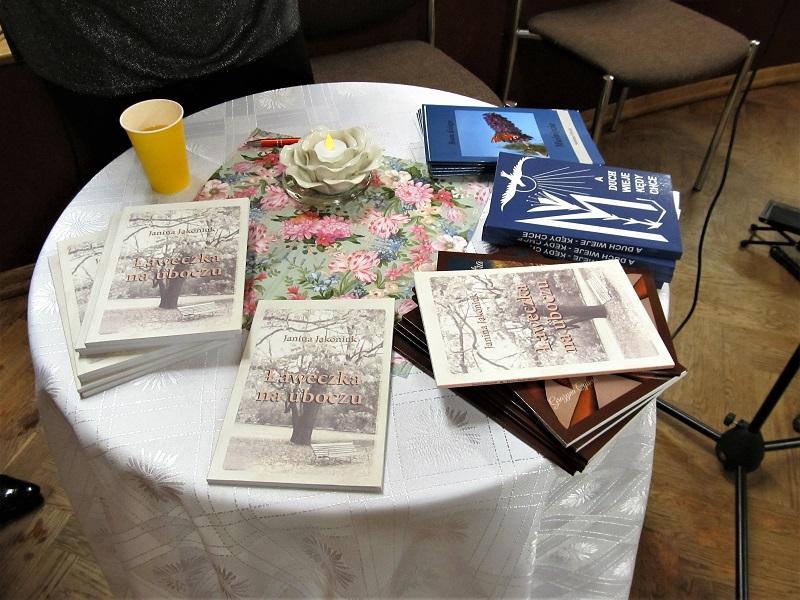 Tomiki wierszy leżą na stole