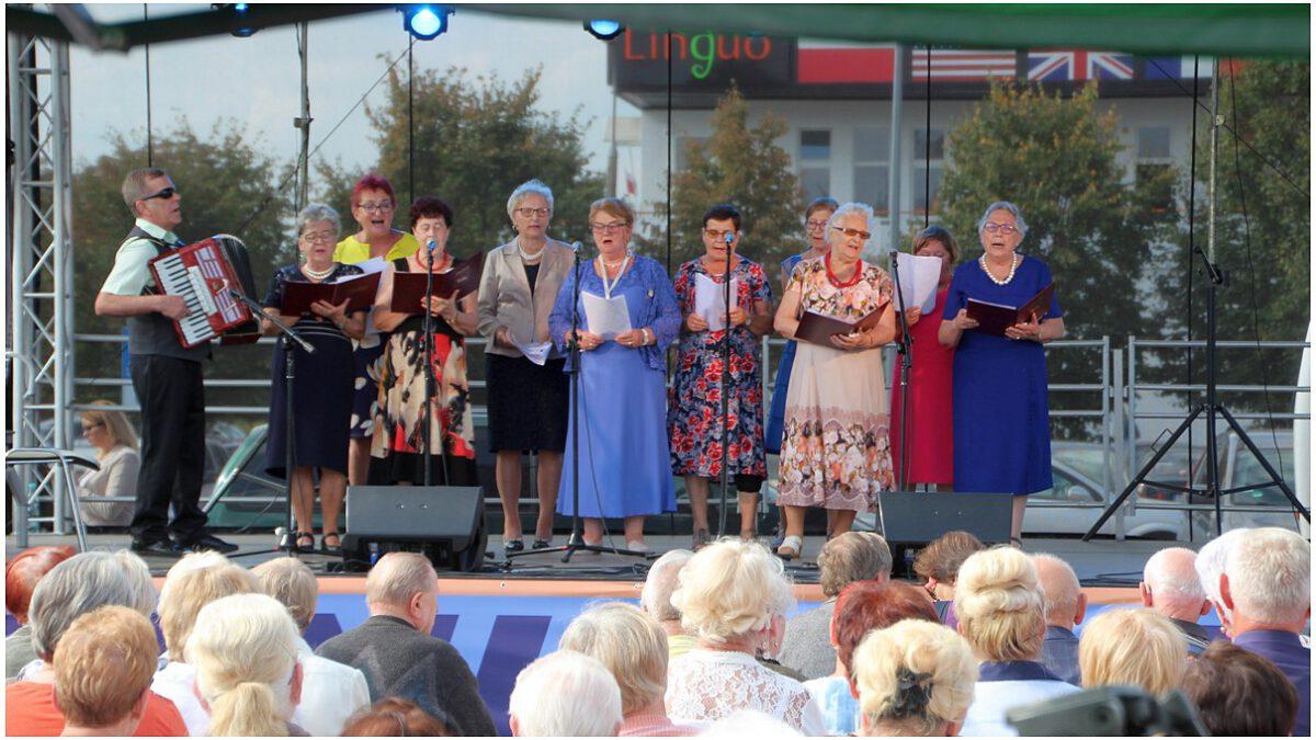 Zespół  Jesienne Kwiaty z Klubu Seniora w Grajewie